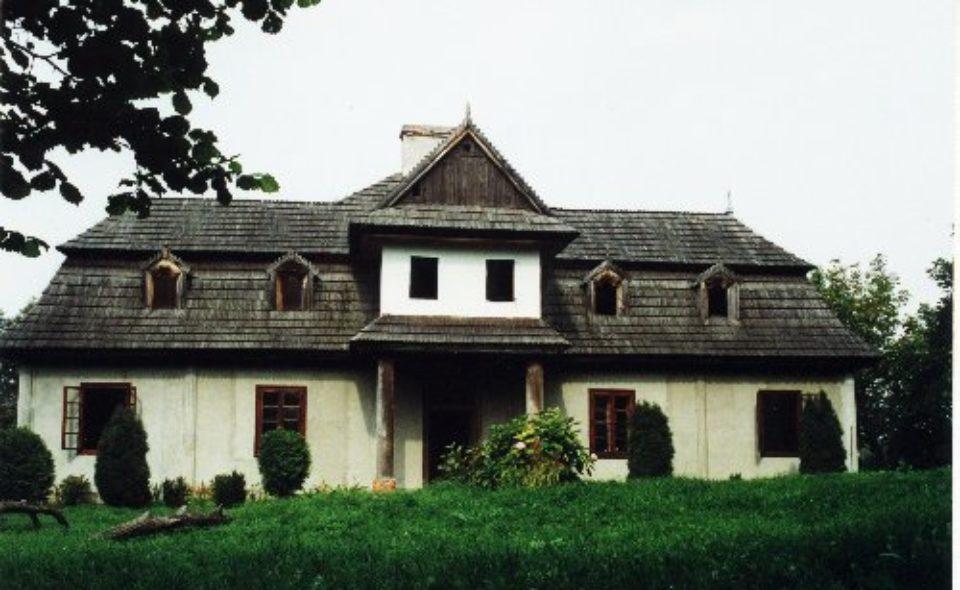 O najstarszym drewnianym dworze ziemiańskim w Polsce