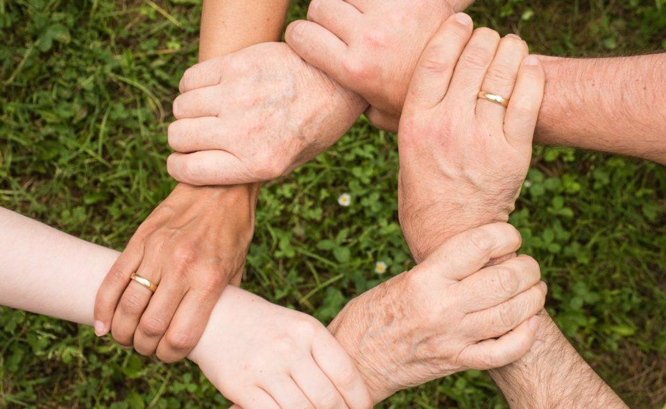 """Konkurs """"Kuma kumie pomóc umie! Solidarni w zdrowiu i chorobie"""".  Pomagasz w czasie pandemii? Zrób zdjęcie, dodaj opis i pokaż światu swoją solidarność!"""
