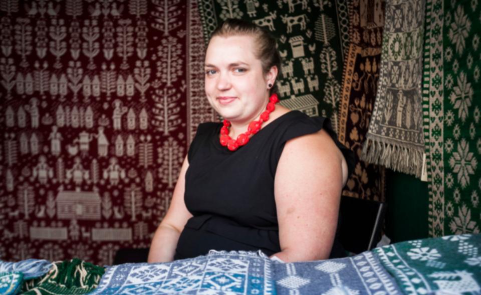 Wywiad z Karoliną Radulską – tkaczką, tworzącą w janowskim ośrodku tkactwa dwuosnowowego