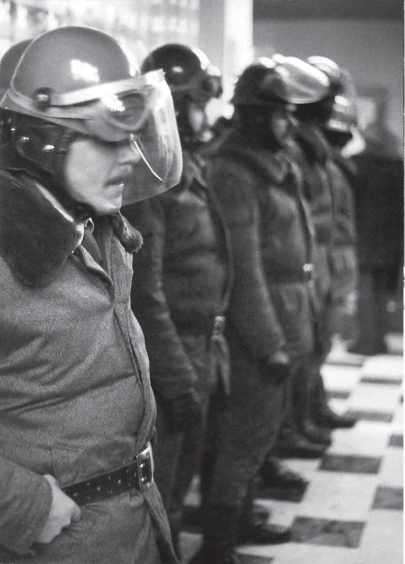 Fot. 4 - Ustrzyki Dolne 12 stycznia 1981 r. Interwencja sił porządkowych. Fot. Lech Ścibor-Rylski