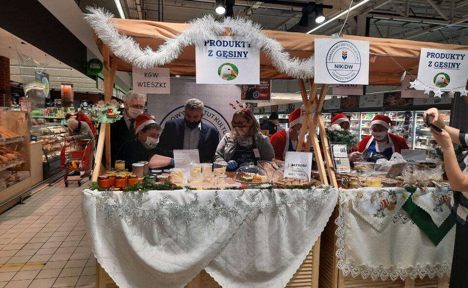 """Promujemy gęsinę! W ramach Inicjatywy """"Tradycyjna Gęsina Wiejska"""" NIKiDW, Koła Gospodyń Wiejskich sprzedają swoje produkty z gęsiny w Toruniu."""